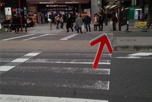 ヨドバシカメラの前の横断歩道を渡ります。